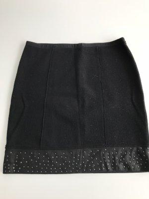 Schwarzer Stoffrock Rockende aus Kunstleder und schwarzen Nieten. Größe 40 von Luisa Cerano. Länge 48 cm