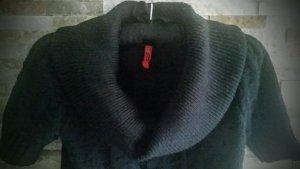 Schwarzer Strickpullover mit einem Rollkragen