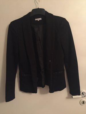 Schwarzer taillierter Blazer mit Kunstleder Einsatz an den Taschen