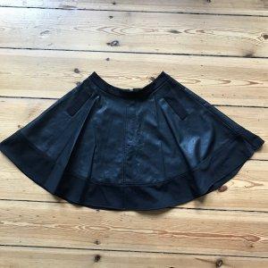 Schwarzer Tellerrock aus Kunstleder