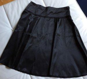 Schwarzer Tellerrock aus Satin
