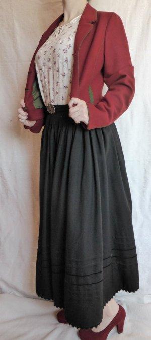 Schwarzer Trachtenrock lang auf Taillie getragen