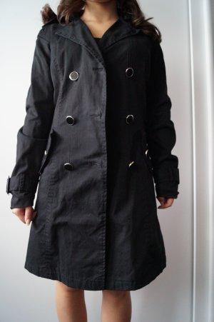 Schwarzer Trenchcoat für den Herbst