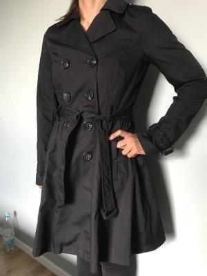 Schwarzer Trenchcoat tailliert geschnitten