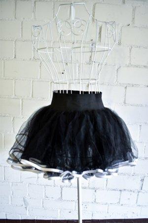 Schwarzer Tüllrock mit weißer Borte