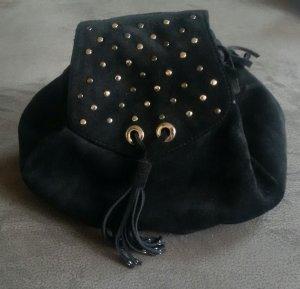 Schwarzer Wildlederrucksack mit silber Nieten und Verzierung von Zara