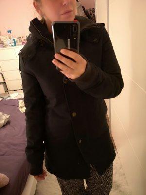 schwarzer Wintermantel von Forvert