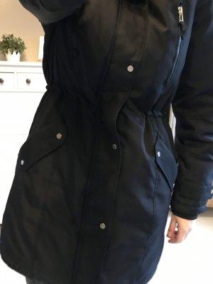 schwarzer Winterparka