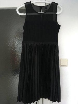 Schwarzes Abendkleid / Cocktaildress von Maison Scotch #weihnachten #festlich #kleinesschwarzes #feiertage