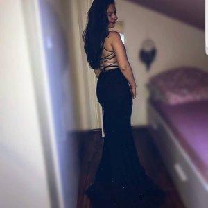 Schwarzes Abendkleid mit Rückendekolleté