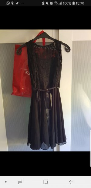 Schwarzes Abendkleid mit Spitze