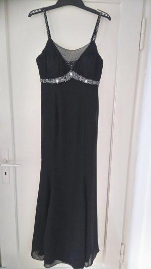 Schwarzes Abendkleid mit Stola.