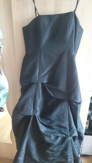 Schwarzes Abendkleid zum Zuschnüren mit Stola