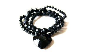 schwarzes Armband mit Herzanhänger