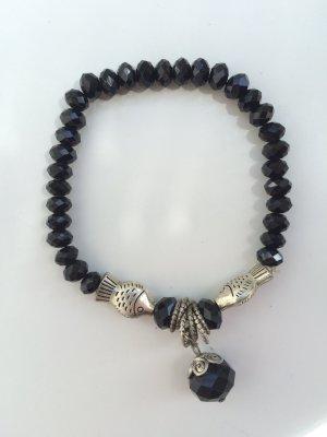 Schwarzes Armband mit silbernen Fischen