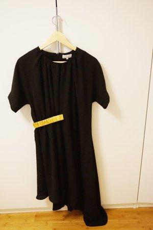 schwarzes, asymmetrisches Kleid mit goldenem Gürtel