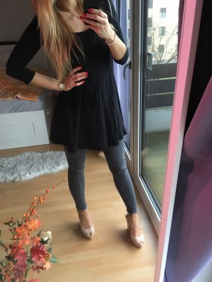 Schwarzes ausgestelltes Basic-Kleid von H&M