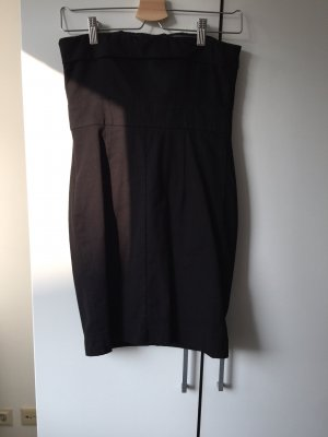 Schwarzes ballonförmiges Kleid.