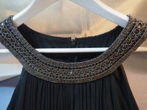 Schwarzes Cocktailkleid mit goldenen Perlen und Applikationen