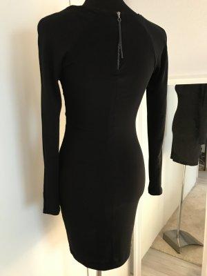 Schwarzes enganliegendes Kleid (Das kleine Schwarze)