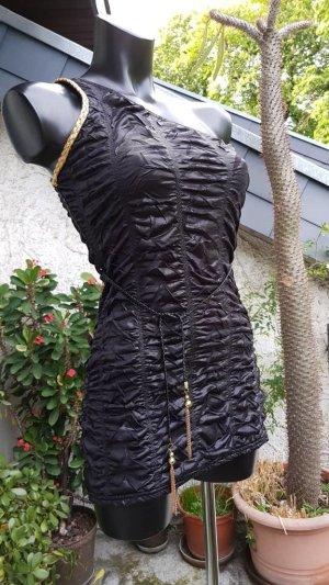 schwarzes, figurbetontes Kleid mit Gürtel