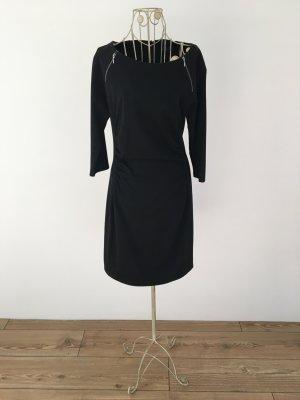 schwarzes, figurbetontes Kleid mit Zierreißverschlüssen am Ausschnitt von Sir Oliver
