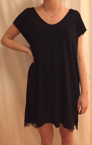 Schwarzes, fließendes Kleid mit Spitzendetail