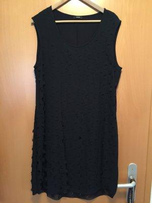 Schwarzes gelochtes Kleid