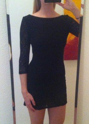 Schwarzes gemütliches Kleid mit Rückenausschnitt