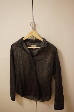 schwarzes Jeanshemd mit Nietenverzierung am Kragen