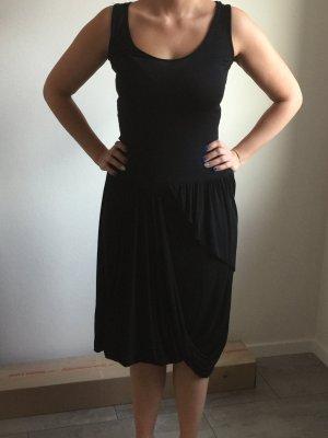 Schwarzes Jerseykleid mit mehreren Lagen