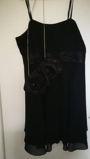Schwarzes Kleid + Clutch