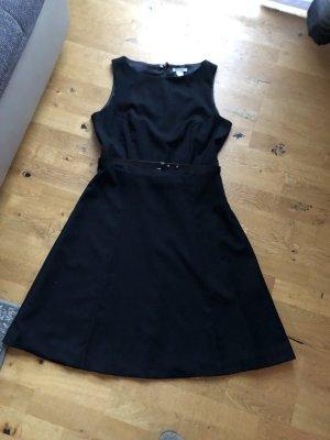 Schwarzes Kleid, das kleine Schwarze