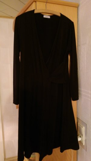 Schwarzes Kleid in Wickeloptik