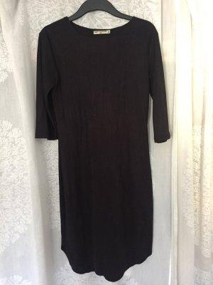 Schwarzes Kleid in Wildleder-Optik