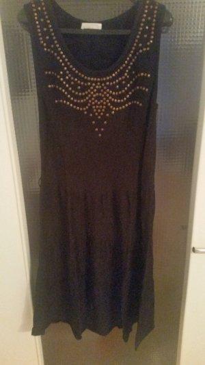 Schwarzes Kleid leicht ausgestellt