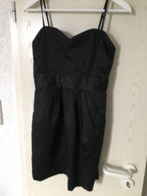 Schwarzes Kleid mit abnehmbaren Trägern