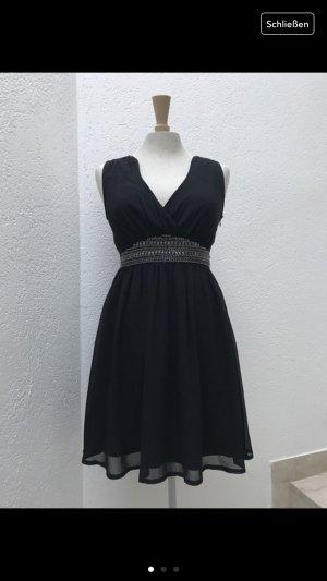Schwarzes Kleid mit Applikationen