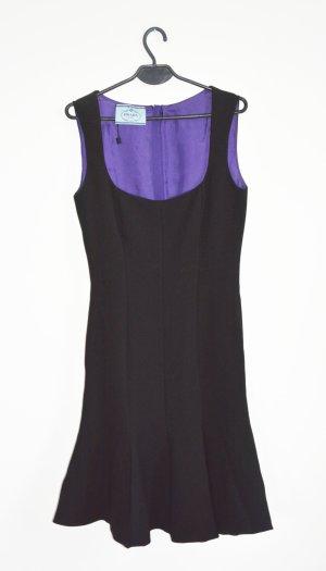 Schwarzes Kleid mit ausgestelltem Saum