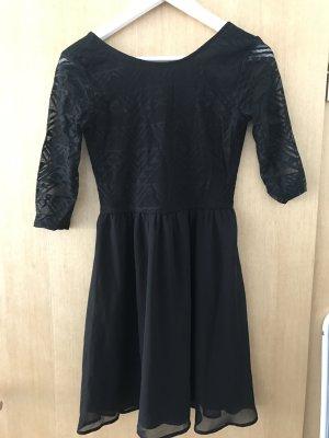 Schwarzes Kleid mit Aztekenmuster