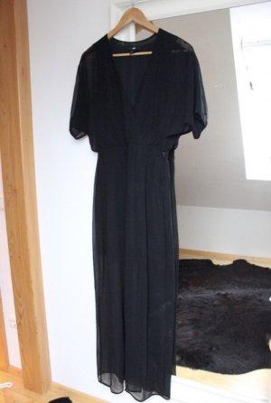 Schwarzes Kleid mit Beinschlitz