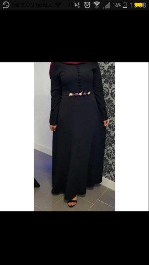 Schwarzes Kleid mit Blumen Gürtel