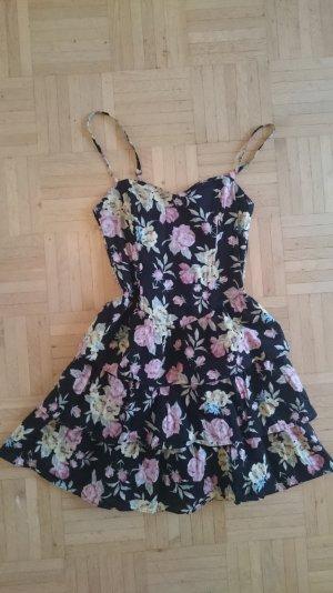 Schwarzes Kleid mit Blumen und Rüschen