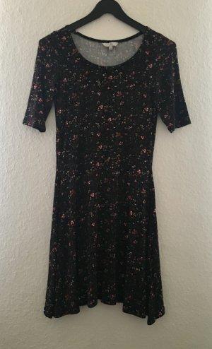 Schwarzes Kleid mit Blumenmuster