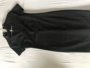 Schwarzes Kleid mit Choker
