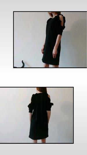 schwarzes kleid mit cut out an den Schultern