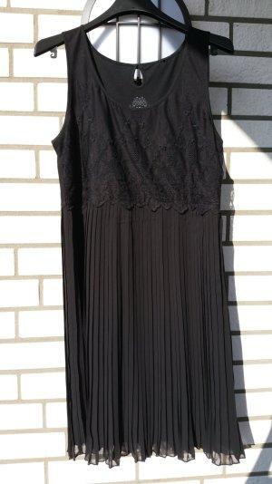 Schwarzes Kleid mit Faltenrock