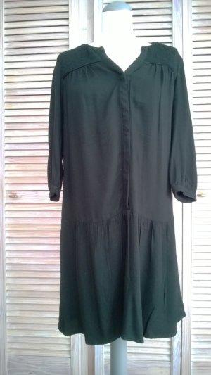 Schwarzes Kleid mit geprägtem Schulterteil