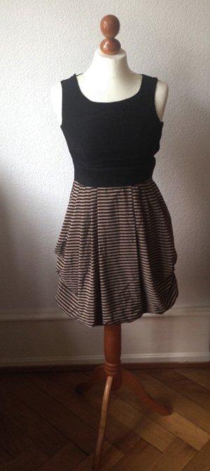 schwarzes Kleid mit gestreiftem Rock