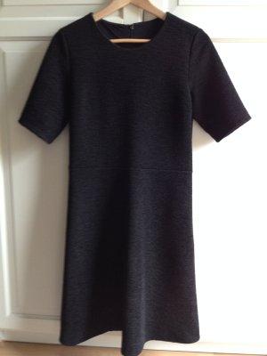 schwarzes Kleid mit Glockenrock